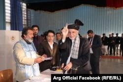 Президент Афганистана Ашраф Гани голосует на выборах. Кабул, 20 октября 2018 года.