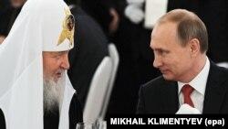Президент Росії Володимир Путін (праворуч) і Московський патріарх Кирило. Москва, Кремль, 18 липня 2015 року
