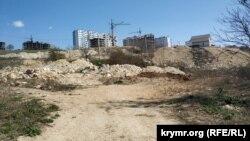 Східний схил яру завалений сміттям із найближчих будівництв