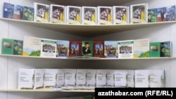 Aşgabatda geçirilýän kitap sergilerinde türkmen prezidentiniň kitaplaryna uly orun berilýär. Aşgabat, sentýabr, 2011.