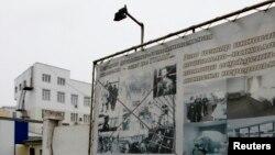 Доска объявлений перед тюремной больницей в Красноярске, где содержалась Надежда Толоконникова