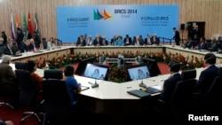 На саммите в Бразилии страны БРИКС подписывают соглашения о создании Банка развития и резервного валютного фонда. Предполагаемый объем каждого - 100 млрд долларов.
