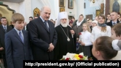 (Справа налева) Мітрапаліт Павел, Аляксандар Лукашэнка і Мікалай Лукашэнка на набажэнстве ў Сьвята-Духавым катэдральным саборы