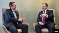 British Prime Minister David Cameron (left) listens to Ukrainian President Petro Poroshenko ahead of a European Union leaders summit in Brussels last week.