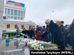 Людзі ўскладаюць кветкі да мэмарыялу ахвяраў пратэстаў сьнежня 1986 году, Алматы