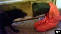 سجين عراقي في أبو غريب يتم تخويفه بكلب