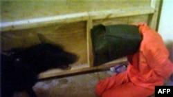 صورة من التعذيب الذي مارسة جنود اميركان في سجن ابو غريب - 2004 (من الارشيف)
