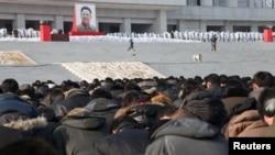 Люди стоят на площади в день похорон Ким Чен Ира. Пхеньян, 29 декабря 2011 года.