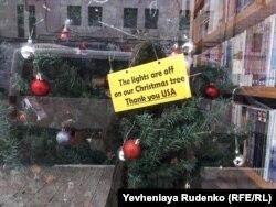 Напис «Наша Різдвяна ялинка не світитиметься. Дякуємо США!»