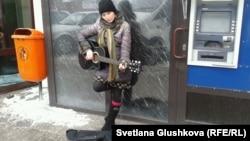 Нина Назаренко поет на улице. Астана, 10 марта 2014 года.