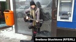 Нина Назаренко көшеде ән айтып тұр. Астана, 10 наурыз 2014 жыл.