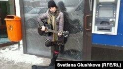 Нина Назаренко поёт на улице. Астана, 10 марта 2014 года.