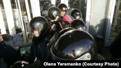 Правоохоронці у дверях на вході до Запорізької ОДА