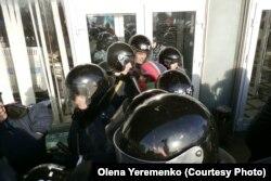 Міліція охороняє вхід до Запорізької ОДА, весна 2014 року