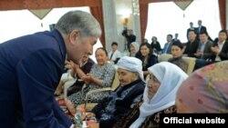 Президент Атамбаев Энелер күнүнө арналган салтанатта.