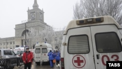 Біля місця вибуху на вокзалі у Волгограді, Росія, 29 грудня 2013 року