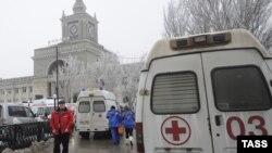 Машины скорой помощи на месте взрыва у здания железнодорожного вокзала в Волгограде
