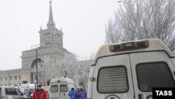 Машини швидкої допомоги поруч з залізничним вокзалом Волгограда, Росія, 29 грудня 2013 року