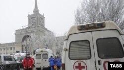 Машины скорой помощи у здания железнодорожного вокзала в Волгограде, где произошел взрыв, 29 декабря 2013