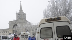 Машина скорой помощи у здания железнодорожного вокзала в Волгограде. 29 декабря 2013 года.