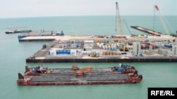 Қашаған кенішіндегі Каспий теңізі бетіне салынған жасанды D аралы