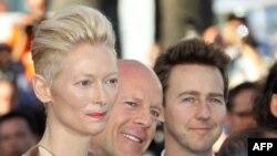 Bruce Willis ne mes, bashke me aktoren Tilda Swinton, dhe Edward Norton djathtas, Kane, 2012