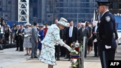 Mbretëresha po ashtu ka vendosur një kurorë lulesh aty ku dikur ishin kullat binjake. Nju Jork, 06 korrik 2010.