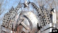 Stema fostei URSS de pe fostul Sovietul suprem de la Moscova într-un parc-muzeu din capitala rusă