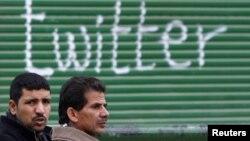 Pristalice egipatske opozicije kod grafita ispisanog na Tahrir trgu u Kairu, februar 2011.