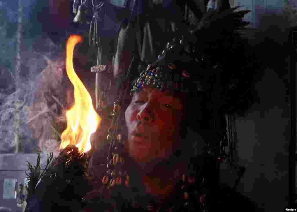 Входя в транс, шаманы отправляются путешествовать в иные измерения: нижний мир (мир духов), верхний мир (мир богов), средний мир (мир земных духов).