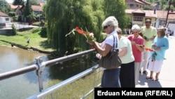 Banjaluka: Cvijeće u Vrbas za žrtve Srebrenice
