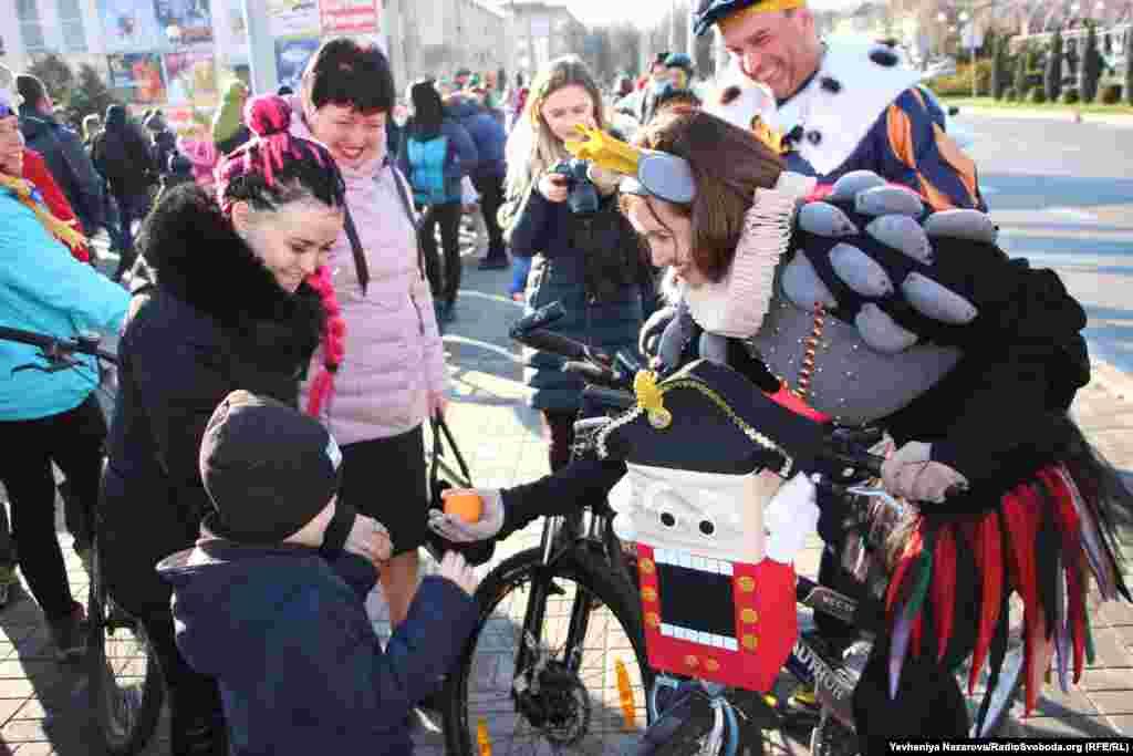 Учасники акції вітають зустрічних дітей зі святами та пригощають солодощами
