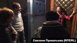 Юля открыла двери возможным соседям