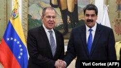 Predsjednik Venecuele Nikolas Maduro rukuje se sa šefom ruske diplomatije Sergejom Lavrovim pred sastanak u Karakasu, 7. februara 2020.