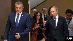По протоколу это была встреча двух президентов, но вот в словах Путина к Бибилову проскальзывали, что называется, домашние нотки