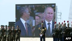 Барак Обама и Владимир Путин на экранах во время церемонии, посвященной 70-летию высадки в Нормандии