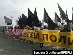 Байқоңырдан «Протон-М» ұшыруға қарсылық білдіріп тұрған «Антигептил» қозғалысының белсенділері. Астана, 13 қазан 2013 жыл.