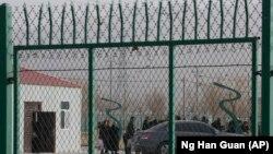 На въезде на территорию «лагеря перевоспитания» в Артуше, Синьцзян. Декабрь 2018 года.