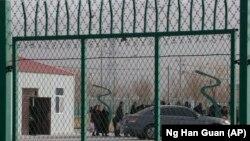 Одно из закрытых учреждений в Синьцзяне, которые западные правозащитники называют «лагерями перевоспитания», где удерживают представителей коренных народов.
