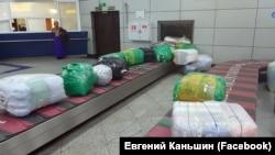 Пассажирский багаж рейса T5 715 «Туркменских авиалиний» в международном аэропорту города Алматы