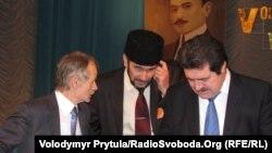Мустафа Джемілєв і Рефат Чубаров (перший і другий ліворуч). Курултай кримських татар, Сімферополь, 12 січня 2012