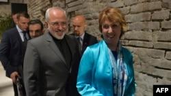 Еуропа Одағының сыртқы саясат жөніндегі жоғары өкілі Кэтрин Эштон (оң жақта) мен Иран сыртқы істер министрі Джавад Зариф. Вена, 18 шілде 2014 жыл.