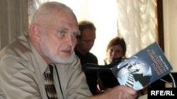 """Эколог, профессор Алексей Яблоков с книгой Игоря Сутягина """"На полпути к сибирским рудам"""""""