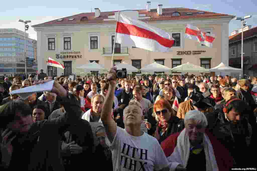 """Несколько сотен человек с плакатами, бело-красными флагами оппозиции и знаменами Евросоюза вышли на улицы Минска, скандируя: """"Нам нужно мирное небо!"""""""