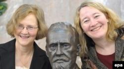 Первые лауреаты Нобелевской премии Элизабет Блэкберн (слева) и Кэрол Грейдер