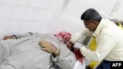 Ордо шаарда полиция мене кагылышуу маалында набыт болгон демонстранттын сөөгүн дарыгер изилдөөдө. Манама ш. Бахрейн. 2011-жылдын 17-февралы. AFP.