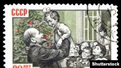 Почтовая советская марка примерно 1960 года с изображением Владимира Ленина с детьми у новогодней елки