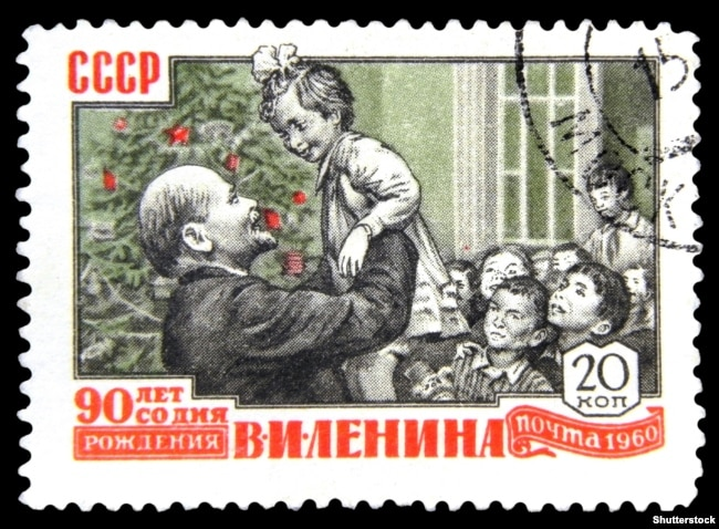 Почтовая советская марка примерно 1960 года с изображением Владимира Ленина с детьми у новогодней елки, приуроченная 90-летию со дня рождения руководителя российских большевиков