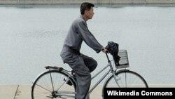 پیونگ یانگ، پایتخت کره شمالی/ مردی در لباس فرم شهروندی