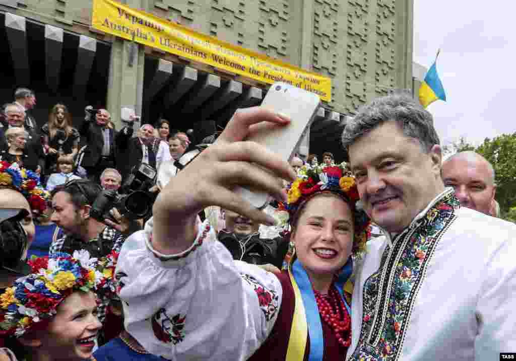 Ukrainian President Petro Poroshenko poses for a selfie with a member of the Ukrainian community in Sydney, Australia. (TASS/Mikhail Palinchak/Ukrainian presidential press service)